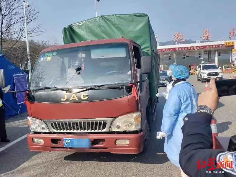 湖北货车司机被困高速7天:身体检查无异常,等疫情结束再回家!