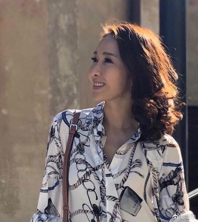 黎姿带仨闺女搓汤圆,49岁仍美貌惊人,小V脸高山根强力抢镜 作者: 来源于:猫眼娱乐V