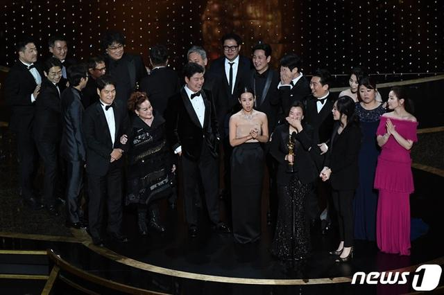 《寄生上流》摘下奧斯卡四座大獎,韓國藝人們發文祝賀!