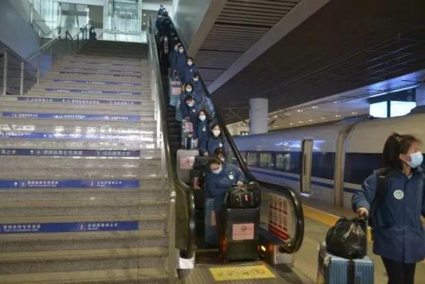 第三批国家中医医疗队从陕西西安乘高铁驰援湖北
