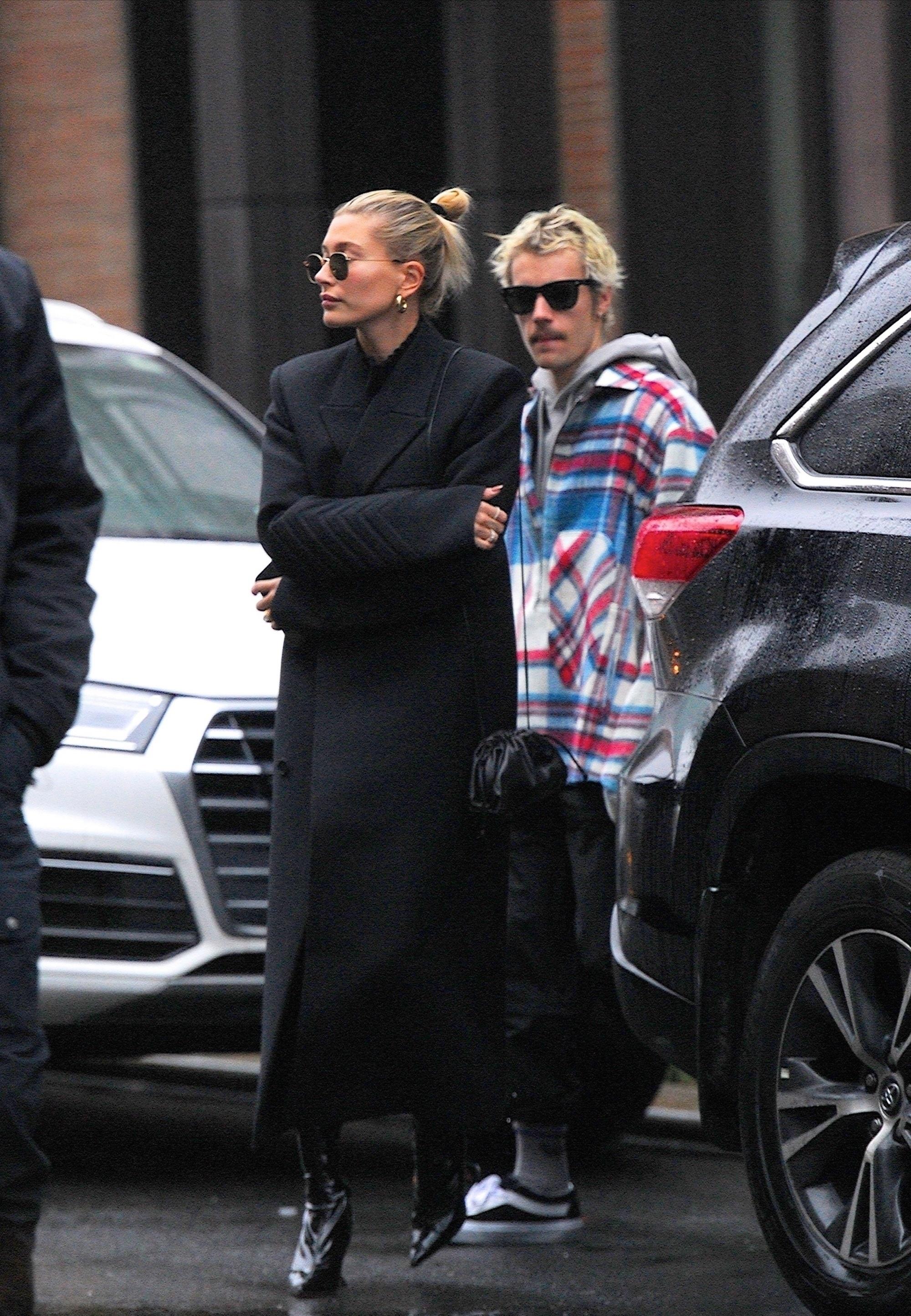 """比伯夫妇现身,海莉穿黑衣男友范爆棚,比伯""""蛇皮袋""""外套更抢眼"""