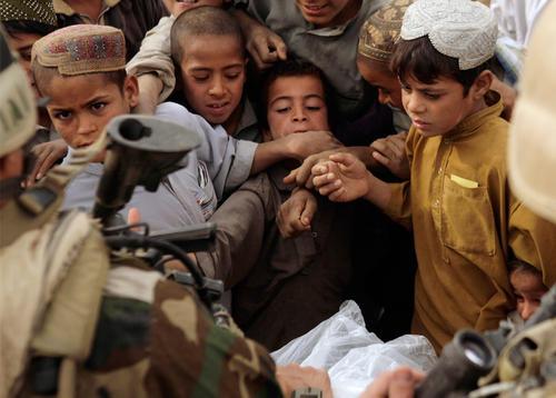 教训惨痛,美军严禁向中东小孩发糖,一旦发现上军事法庭