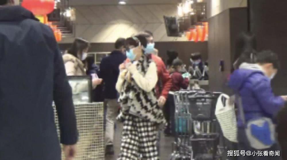 谢霆锋妈妈与老公超市购物,为防病毒戴个两口罩,却被人当街纠错