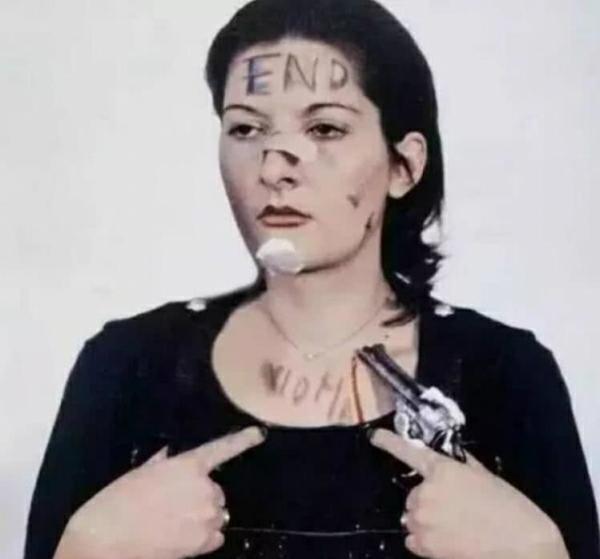 最费解的艺术:女子自愿被麻痹身体,甘愿6小时内任路人触摸