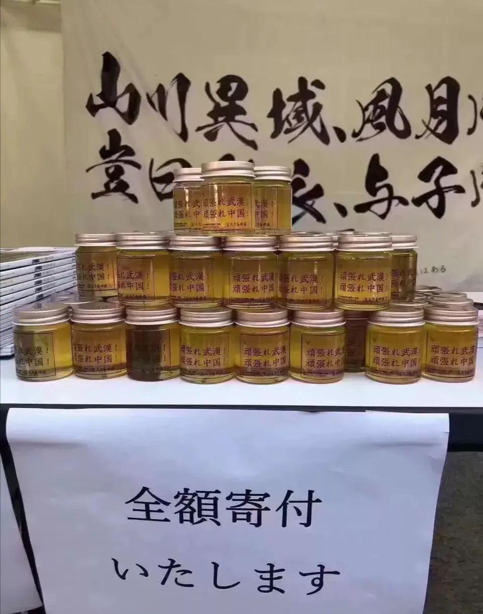 拼命鞠躬感动中国!14岁日本女孩街头为中国募捐!身后标语一样催泪!