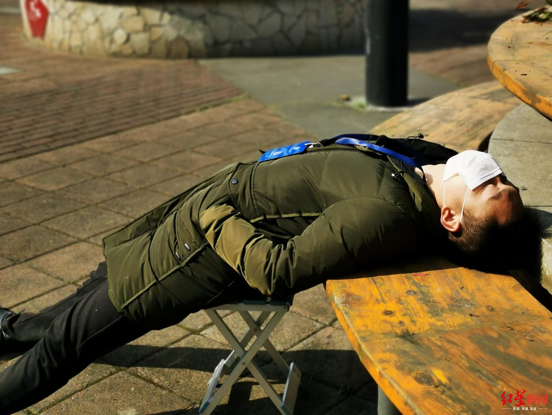 """一线战""""疫""""评论①90后""""午睡哥"""",你和衣而卧的姿势真帅"""