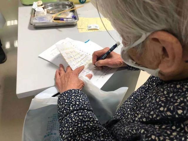 """原创90岁""""硬核妈妈""""走红,贴身照顾感染肺炎的64岁儿子,母爱很伟大"""