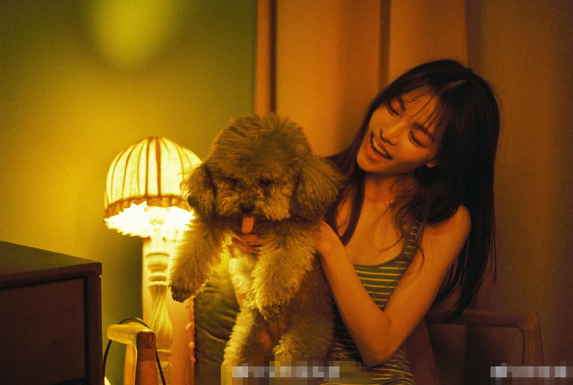 钟楚曦晒复古风美照,穿条纹吊带又甜又魅,与狗狗互动像邻家少女