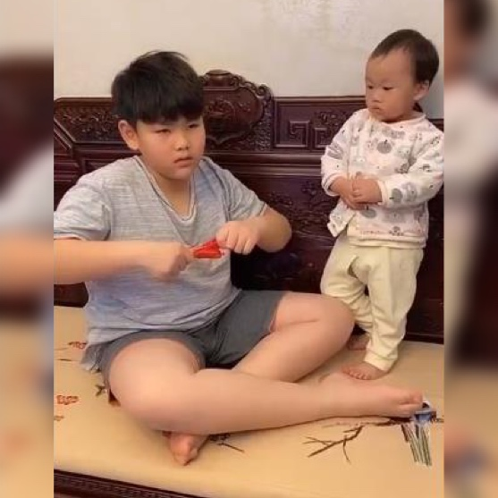 """哥哥跟弟弟分火腿肠,反被弟弟""""套路"""",网友:老大傻,老二精!"""