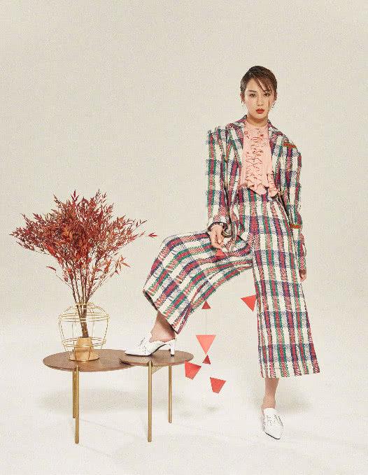 杨紫新年晒时尚画报,瘦出高级脸,气质愈发出众