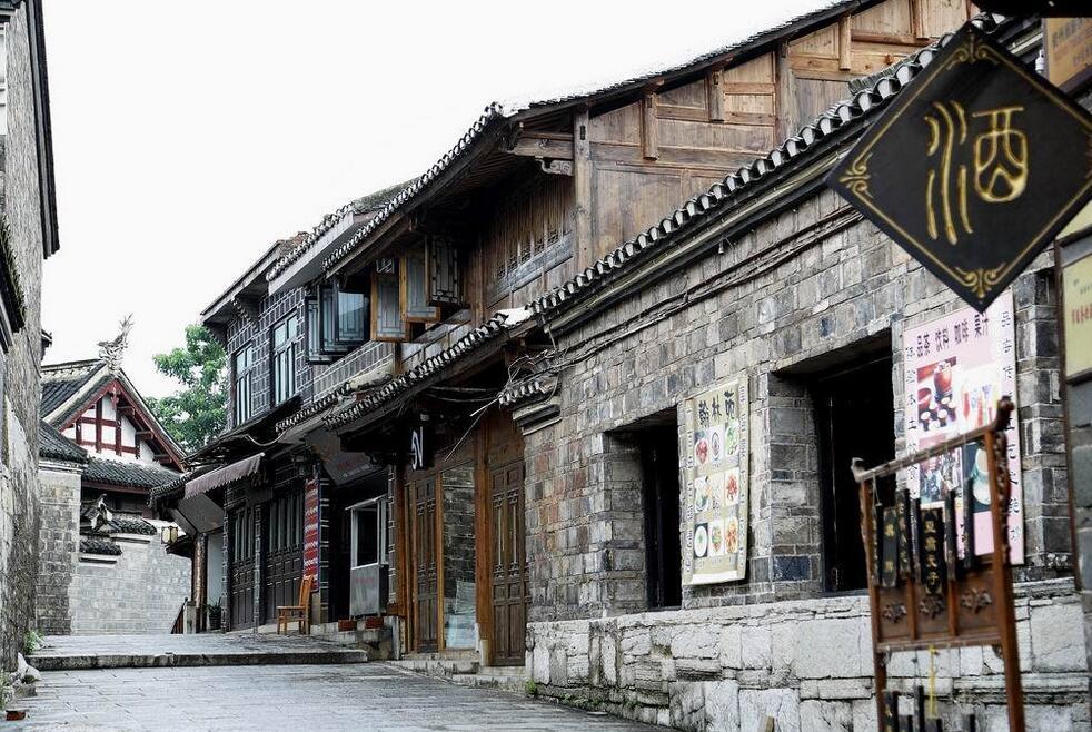 原创             黔中腹地贵阳花溪,有一座因军事城防演化而来的山地兵城青岩古镇