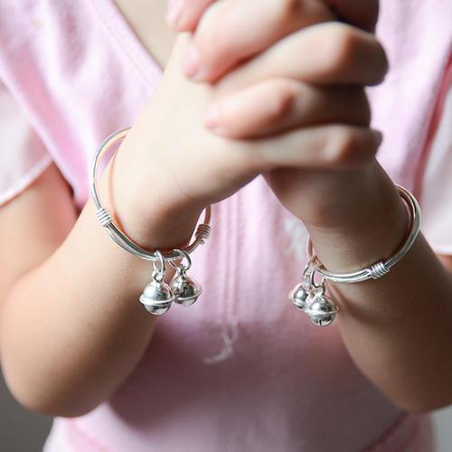 """女儿金镯在幼园""""不翼而飞"""",妈妈生气质问,老师的回答让她羞愧"""