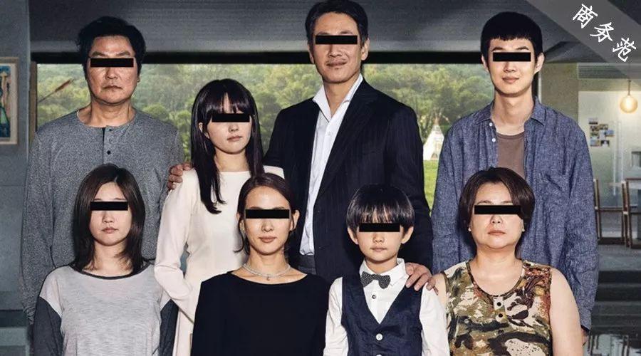 「商务范」《寄生虫》中不同阶层:富人拎爱马仕住上亿豪宅,穷人穿衣全靠装…
