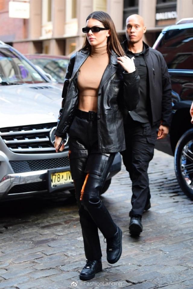 【蔡百万】原创肯达尔詹娜街拍穿错,驼色打底衣与肤色太相近,仿若啥都没穿
