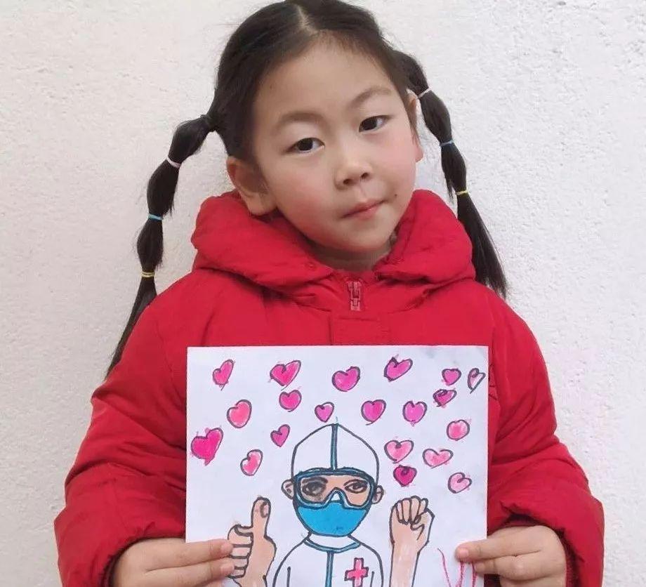 大家好,我叫马筱蕙,我来自景范幼儿园中六班,我今年七岁了,我喜欢画画和看绘本,今天我要给大家带来一个绘本故事,希望我们能早点赶走病毒这个大坏蛋!