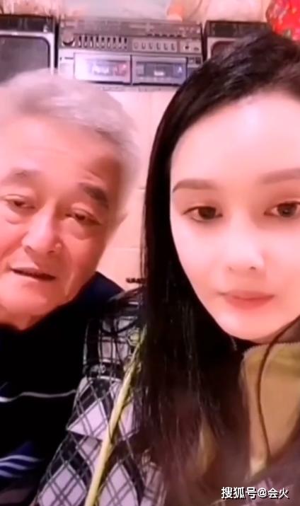 63岁赵本山现身女儿直播间,眼睛无神显老态,心疼表示女儿很脆弱