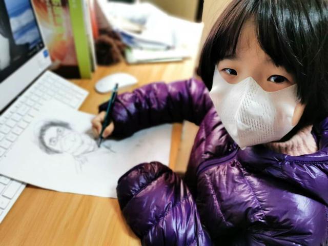 苏州市平江教育集团平江实验学校两学生:拿起画笔,给妈妈加油!