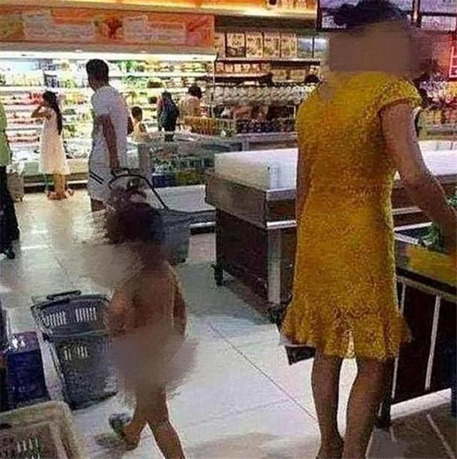 """原创4岁女儿""""身无片缕""""逛超市,旁人好心相劝,妈妈:最好少管闲事"""