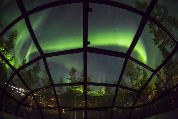 原创            情侣在芬兰看极光,最浪漫的玩法是在极光小屋里躺在床上静静欣赏
