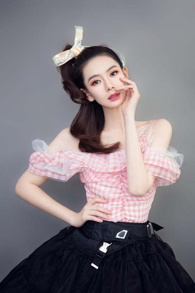 原创             戚薇在扮嫩的路上真停不下来,格子吊带蓬蓬裙,怎么显年轻穿什么