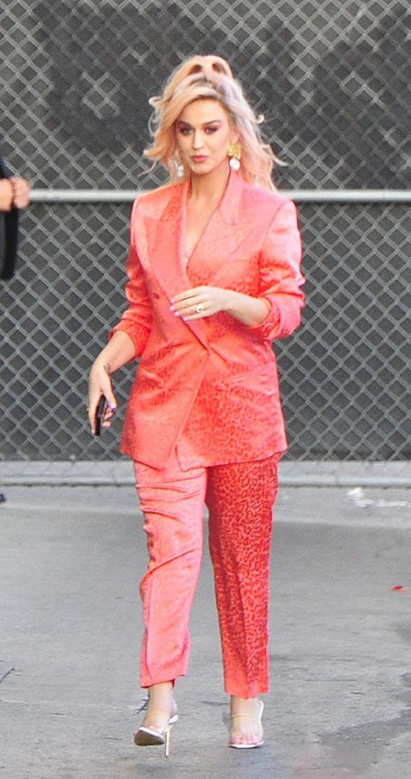 「服装搭配师main」原创水果姐橘红西装造型干练,无名指鸽子蛋晃眼,高跟鞋盘腿坐姿随性