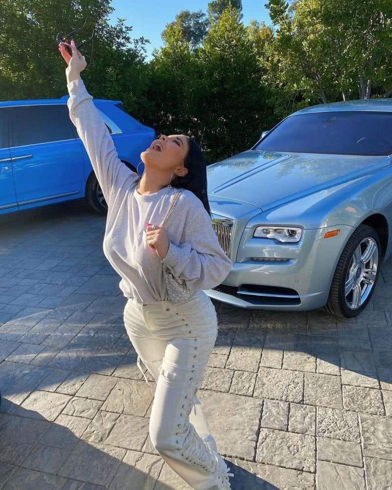 这位22岁网红了不得,福布斯全球亿万富豪榜第2057名,有豪车无数