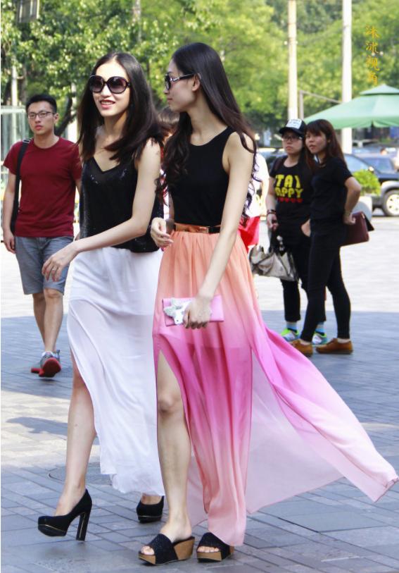 街拍:图1两位时尚姐姐身穿纱裙街拍,到底谁更有气质!