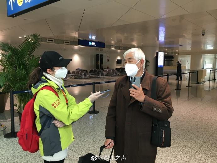 124人搭乘首架国内包机从海南返回武汉
