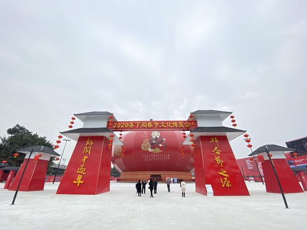 四川建全球最大中国红灯笼,高26.887米,就在阆中古城旁