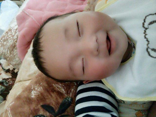 """为什么很多宝宝睡觉的时候都爱""""偷笑"""",这三点原因不容忽视"""