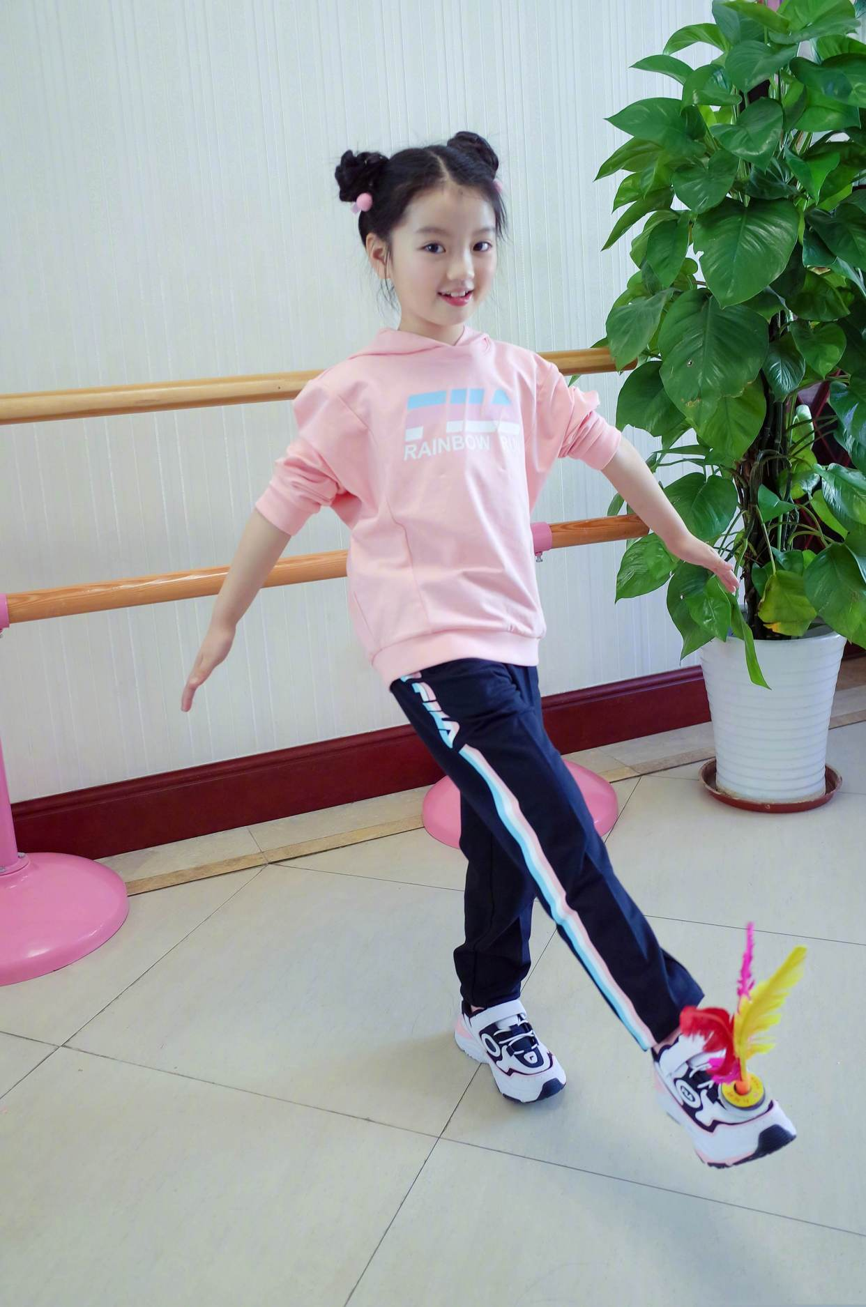 「服装搭配师main」原创阿拉蕾扎哪吒头变运动少女,粉卫衣乖巧可爱,抬腿拉筋秀舞蹈功底