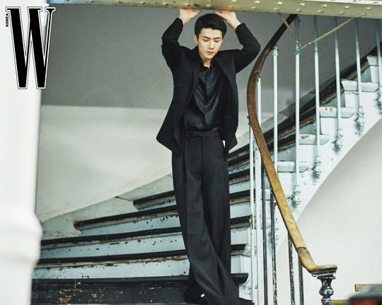 吳世勛最新雜志寫真曝光 黑色西裝秀完美比例好身材