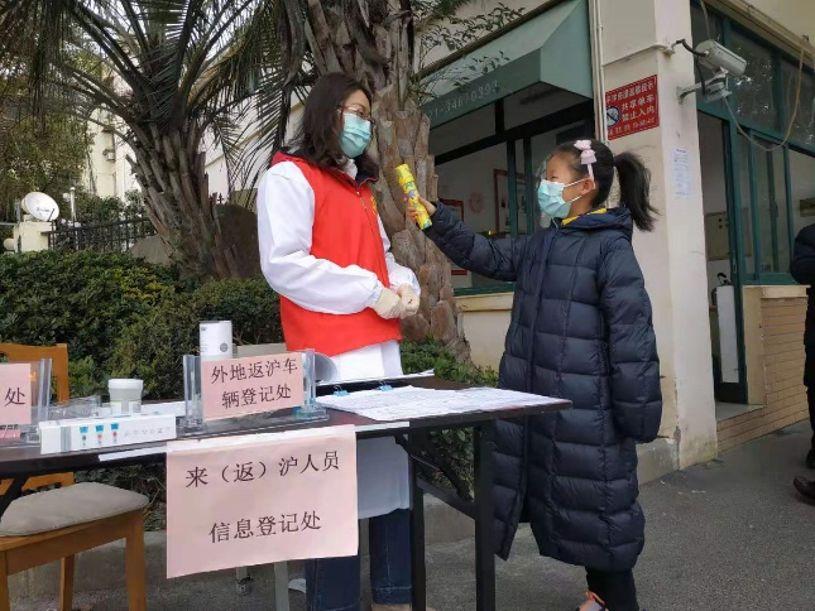 <b>我的疫情故事⑦:发口罩量体温,我和妈妈做社区志愿者</b>