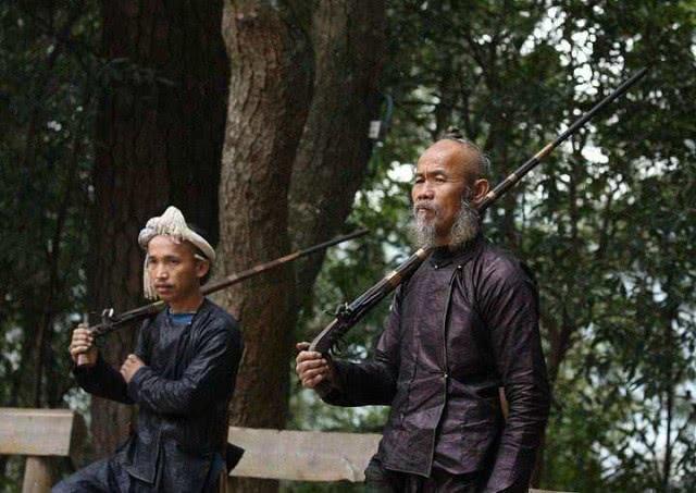 原创             中国唯一不禁枪的地区,人手一把枪,游客可以亲手触摸枪支