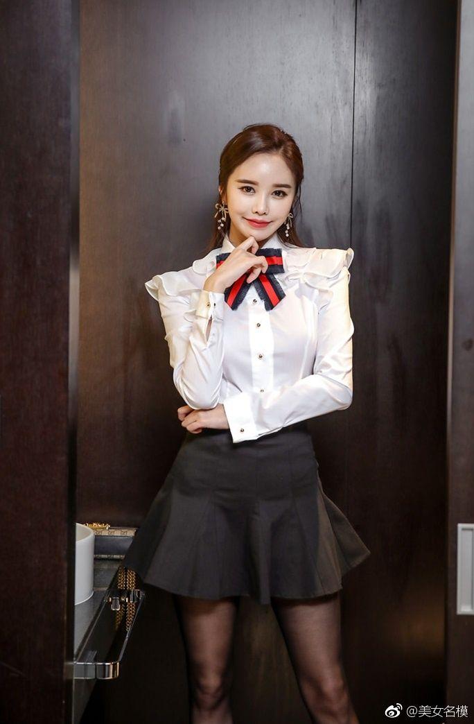 时尚图集:白色衬衫搭配黑色短裙,小姐姐时尚经典魅力无限!