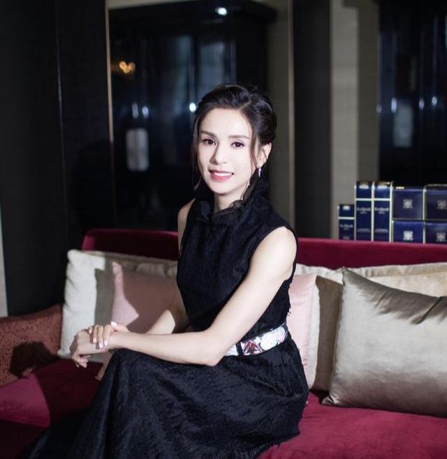 李若彤果然是不老女神,身穿无袖黑色连衣裙减龄时髦,魅力十足