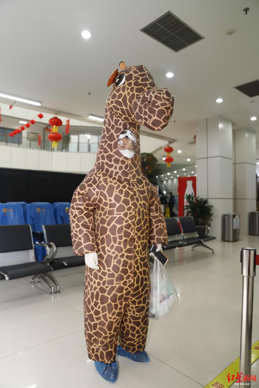 """医院来了只""""长颈鹿""""代父问诊 ,医生:这种防护不可取"""
