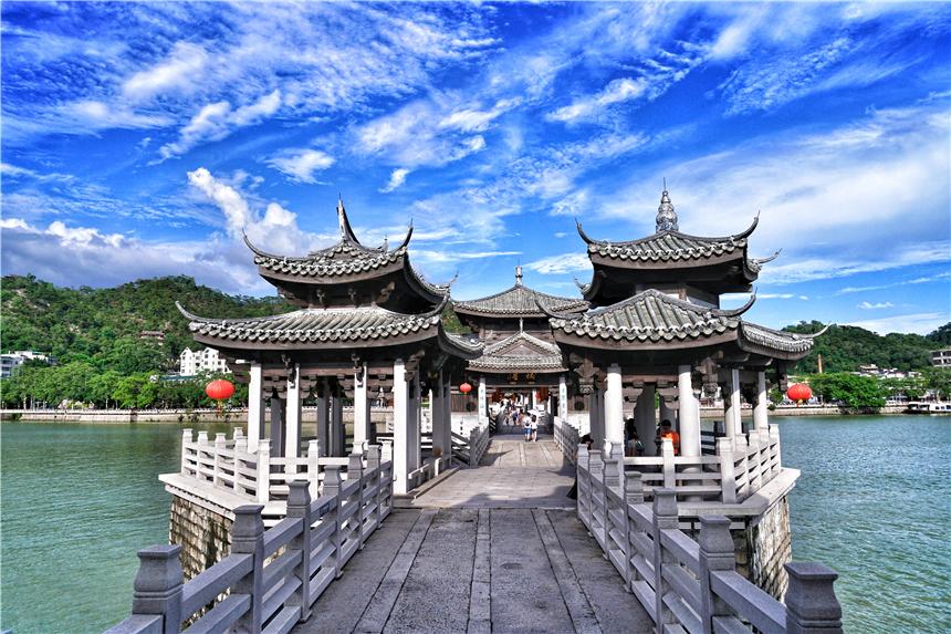 广东潮州有一座奇特的古桥,18艘小船组成的浮桥,白天闭合晚上开启