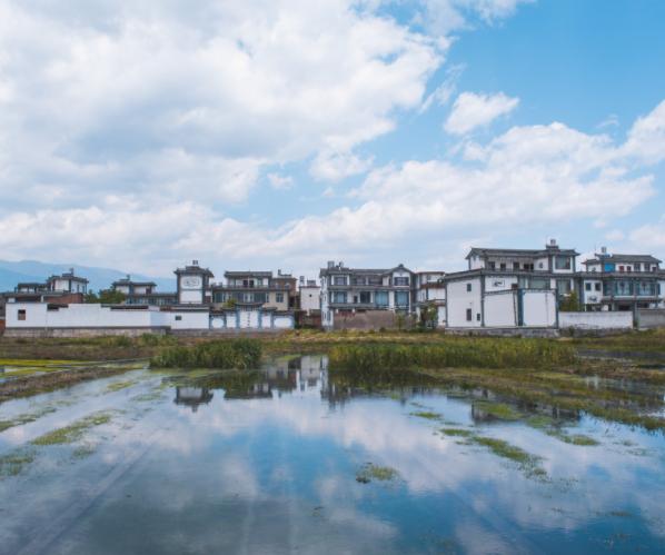 云南大山中有一座小村庄,家家户户都住别墅,还没人愿意搬到城市