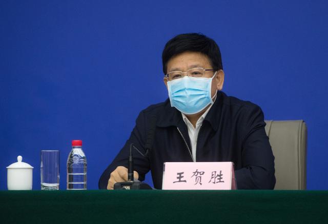 王贺胜履新后首场发布会:全程几乎脱稿,致敬医护,主动补充回答