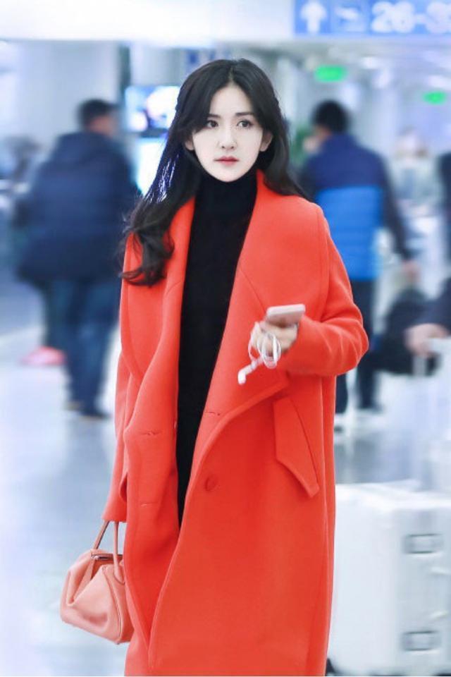 """谢娜穿衣""""胆量""""越来越大,红色大衣搭黑色高领针织衫,时髦惊艳"""