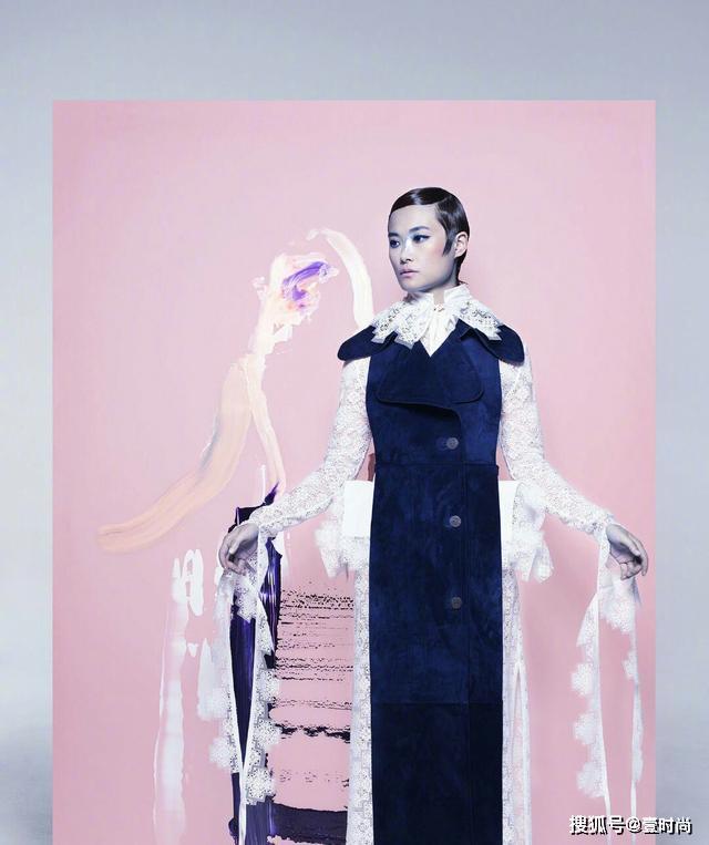 李宇春复古油头造型搭不规则撞色裙,极具艺术气息