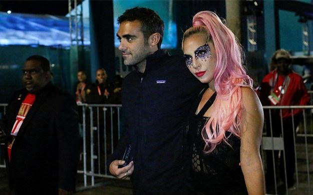 Lady Gaga官宣恋情后露面,绿衣粉发潮流前卫,罕见露素颜太养眼
