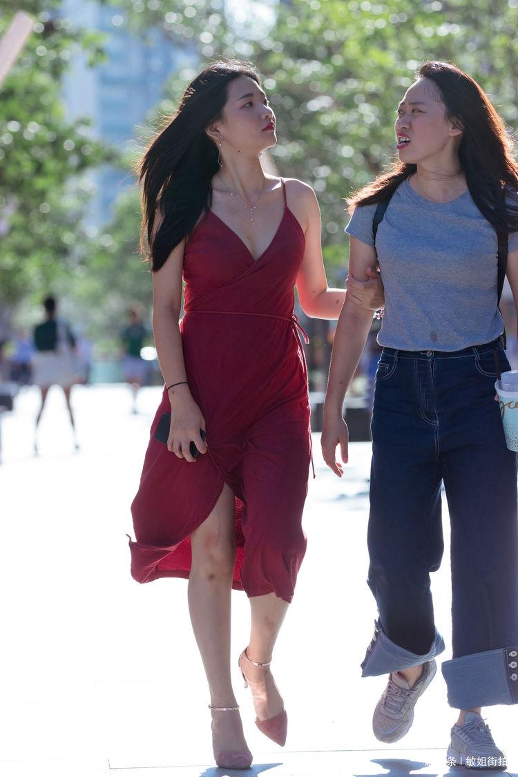 街拍:性感时尚妹子出行,裙装漂亮又动人