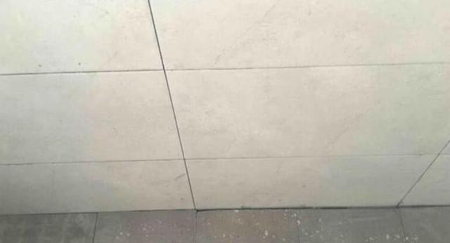 地砖有大小缝,师傅却说解决不掉,而业主反问:你能接受吗?