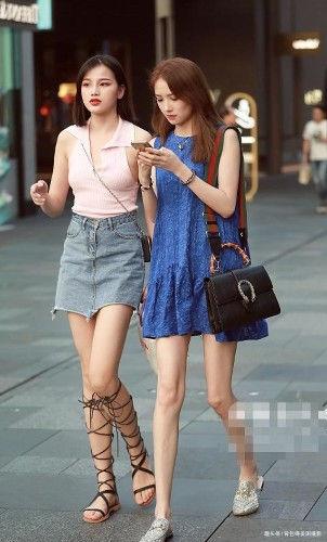 路人街拍,左边小姐姐身穿蓝色连衣裙,凸显苗条大长腿