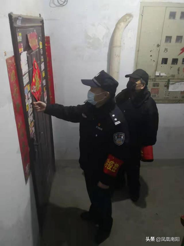 河南南阳党旗飘扬在防控一线党员坚守在群众身边