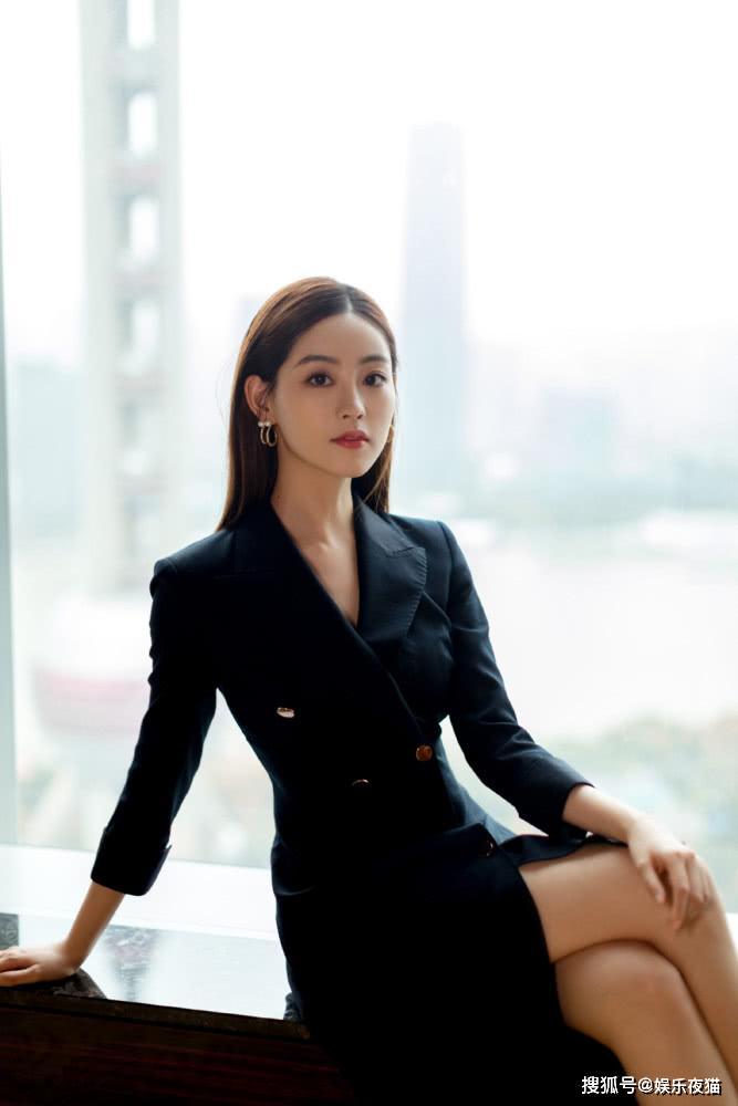 同穿v领风衣裙,赵雅芝嫩黄色减龄十足,祝绪丹纯黑色优雅大气