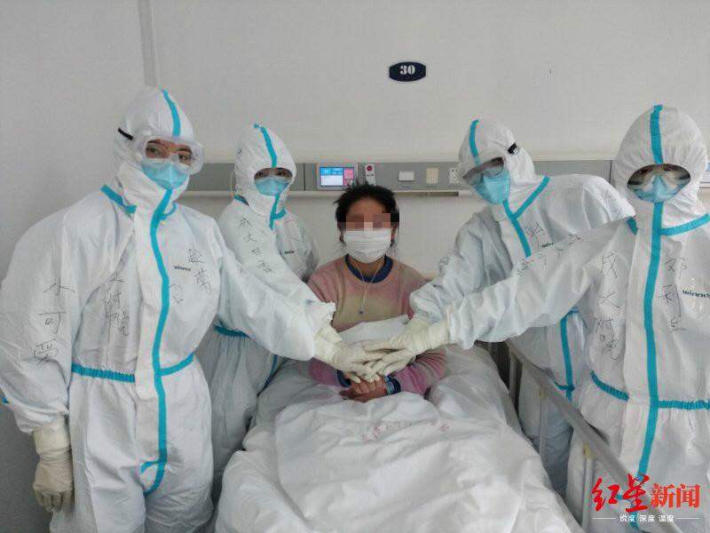 <b>母亲因新冠肺炎去世,武汉确诊女孩在医护帮助下表白父亲:都会好的!</b>