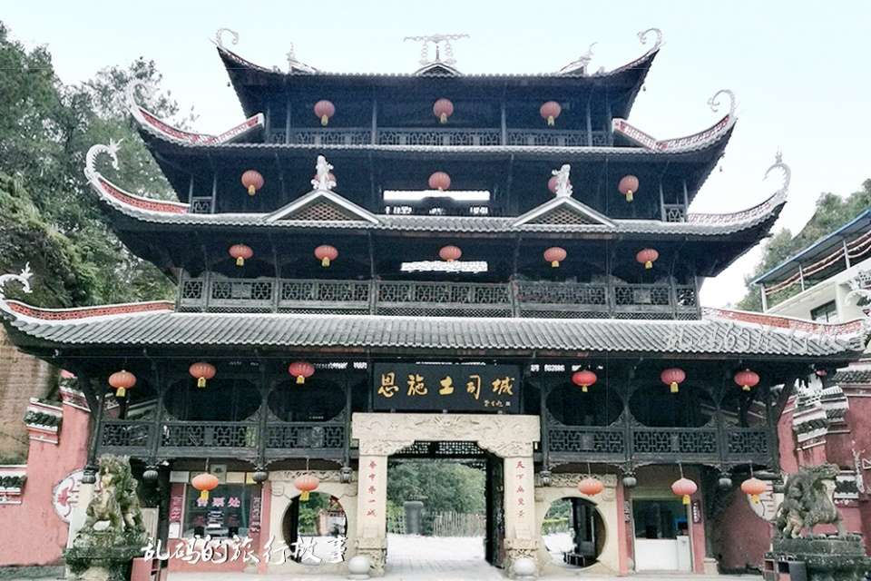"""湖北土家族文化的标志建筑,巍峨奢华如皇宫,被誉""""华中第一城"""""""